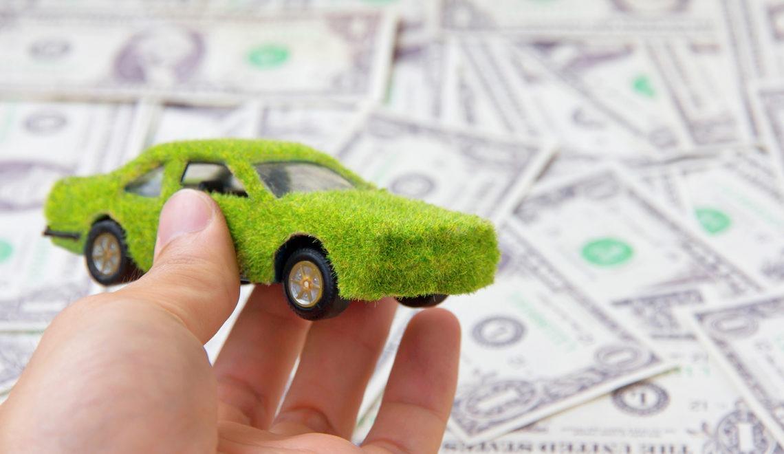 voiture verte simulant la voiture electrique avec des billets